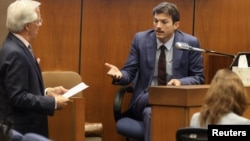 Ashton Kutcher sedang ditanyai oleh Daniel Nardoni, pengacara pembela terdakwa kasus pembunuhan, Michael Thomas Gargiulo di Los Angeles, 29 Mei 2019.