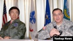 6일 윤병세 한국 외교부 장관이 한국 오산 공군기지를 방문한 자리에서, 커티스 스캐퍼로티 미한연합사령관(오른쪽)이 질문에 답하고 있다.
