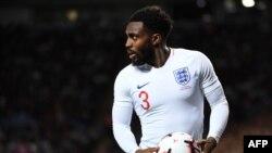 Danny Rose veut effectuer une touche lors du match entre l'Angleterre et la Suisse, Angleterre, le 11 septembre 2018