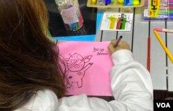 有香港市民11月30日晚在旺角街站畫心意卡給12港人,寄語他們加油、永不放棄。(美國之音特約記者湯惠芸攝)