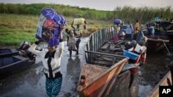 Para pengungsi dari Bor tiba di kota Awerial, Sudan Selatan (2/1). (AP/Ben Curtis)