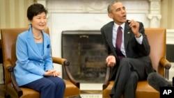 ປະທານາທິບໍດີ ສະຫະລັດ ທ່ານບາຣັກ ໂອບາມາ ພົບປະກັບ ປະທານາທິບໍດີ ເກົາຫຼີໃຕ້ ທ່ານນາງ ພາກ ກຶ່ງ-ເຮ, ວັນທີ 16 ຕຸລາ 2015 ໃນ Oval Office ຂອງທຳນຽບຂາວ ໃນວໍຊິຕັນ.
