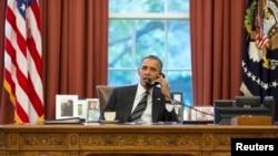 Predsednik Barak Obama razgovara telefonom sa iranskim predsednikom Hasanom Rohanijem u ovalnoj kancelariji Bele kuće, 27. septembar 2013.