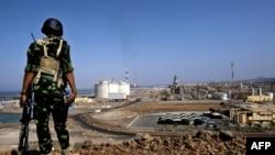 也門士兵守衛著天然氣設施外