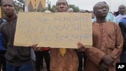 Abantu bigaragambya bashyigikira ingabo za Kameruni