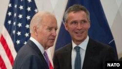時任美國副總統的拜登與北約秘書長斯托爾滕貝格舉行會晤。