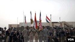 Las banderas de Estados Unidos e Irak y los colores de las fuerzas armadas de ambos países marcan la ceremonia final.
