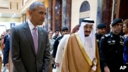 Presiden AS Barack Obama dan Raja Saudi Salman berjalan bersama untuk pertemuan tertutup di istana Erga di Riyadh, Saudi Arabia, Rabu (20/4).