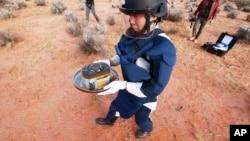 سیارچے سے لائے گئے سطح کے نمونے ایک کیپسول کے ذریعے آسٹریلیا کے ایک ویران علاقے میں اتارے گئے تھے۔ یہ کیپسول جاپانی خلائی ایجنسی کو بھجوایا گیا۔