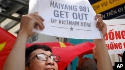 Việc hạ đặt giàn khoan đầu tiên, có tên là Hải Dương 981 đã làm bùng ra các cuộc biểu tình chống Trung Quốc tại Việt Nam..
