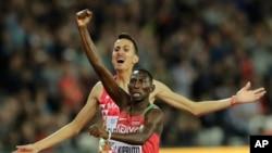 Conseslus Kipruto célèbre sa médaille d'or à l'issue de la finale de 3.000m steeplechase aux championnats mondiaux d'athlétisme à Londres, Angleterre, 8 août 2017.