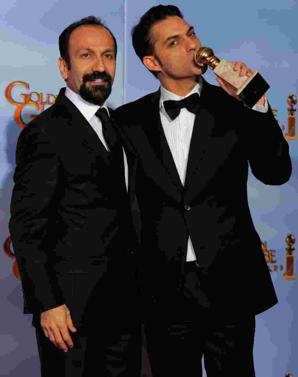 "Sutradara Asghar Farhad (kiri) dan aktor Peyman Moadi berpose di balik panggung setelah memenangkan penghargaan Film Berbahasa Asing Terbaik untuk film ""A Separation"" (AP)."