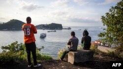 Des habitants regardent le lac Kivu, à Goma, le 17 novembre 2016.