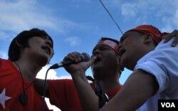 11月5日,缅甸掸邦,当地乐队为民盟(NLD)举办了一场助选演唱会。(2015年11月5日,美国之音朱诺拍摄)