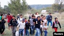 移民从匈牙利越境进入奥地利。(2015年9月14日)