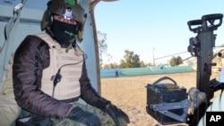 Salah seorang personil helikopter militer Irak siap melakukan serangan (foto: dok).
