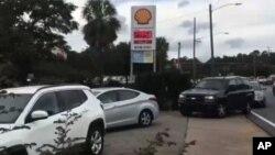 Người sơ tán lánh bão Michael sắp hàng mua xăng tại Florida ngày 9/10/2018.