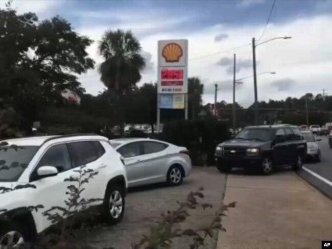 Residentes y visitantes de Florida hacen fila para comprar gasolina y alimentos, mientras las evacuaciones ordenadas por las autoridades comienzan a aumentar. Octubre 9 de 2018,. Foto AP.
