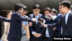 '세퓨 가습기 살균제'를 만들었던 버터플라이이펙트 전 대표가 13일 서초동 서울중앙지법에서 열린 영장실질심사를 마치고 나서고 있다.