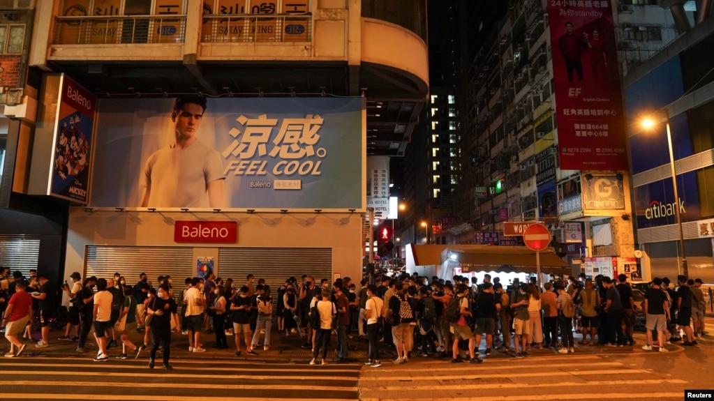 香港民众在街头排队购买最后一期的苹果日报。(2021年6月24日)