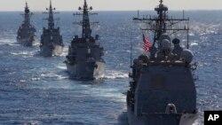 지난 2010년 태평양 해상에서 미-일 합동군사훈련 '킨 스워드'에 참가한 양국 함정들. 미국 순양함 카우펜스 호(오른쪽)가 일본 해상자위대 함정들을 이끌고 항해하고 있다. (자료사진)