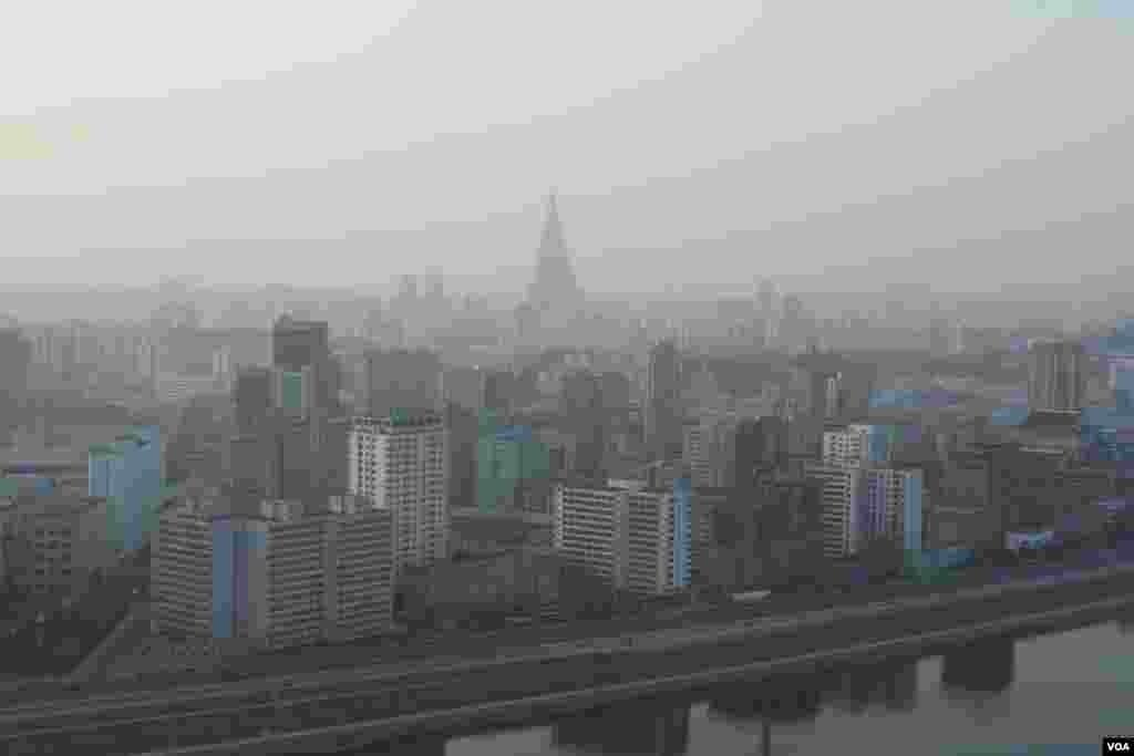 Пхеньян. Вдалеке 105-этажная гостиница «Рюгён»