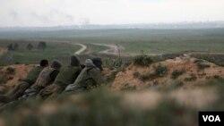Tentara Israel siaga dalam posisinya di dekat perbatasan Jalur Gaza utara. Militan Hamas di Gaza meluncurkan beberapa roket ke Israel selatan, Rabu (23/3).