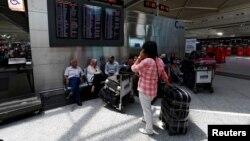乘客们在伊斯坦布尔的阿塔图尔克国际机场(2016年6月29日)