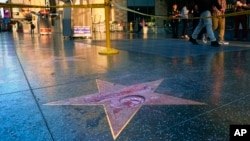 La Cámara de Comercio de Hollywood ha anunciado que la estrella en el Paseo de la Fama de la ciudad será reemplazada.