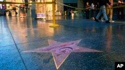 Bintang bertuliskan nama Donald Trump di Hollywood Walk of Fame yang dirusak seseorang (26/10). (AP/Richard Vogel)