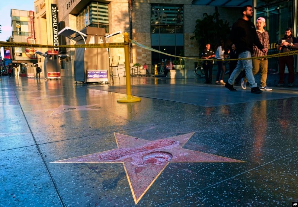 电视节目《学徒》的制作人川普获得好莱坞星光大道上的一颗星,但是被人砸坏了(2016年10月26日)。