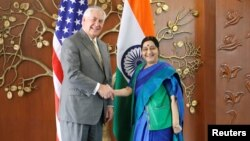 نئی دیلی میں امریکی وزیر خارجہ ریکس ٹیلرسن کی بھارتی ہم منصب سشما سوراج سے ملاقات۔ 25 اکتوبر 2017