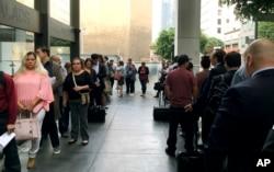 지난 6월 미국 캘리포니아주 로스앤젤레스 이민법원에서 미국 신청자들이 판결을 받기 위해 기다리고 있다.