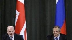 سرگئی لاوروف، وزیر امور خارجه روسیه، به همراه ویلیام هیگ، وزیر امور خارجه بریتانیا در مصاحبه مطبوعاتی مشترک در مسکو