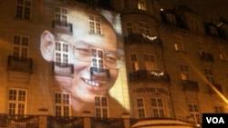 2010年12月10日,给刘晓波缺席颁发诺贝尔和平奖之夜,刘晓波的形象投映在奥斯陆大酒店的墙上(美国之音王南拍摄)