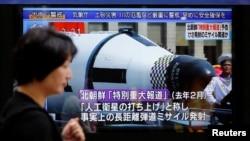 북한이 대륙간 탄도미사일(ICBM) '화성-14' 시험발사에 성공했다고 발표한 지난 7월 일본 됴쿄 거리의 TV 스크린에서 관련 뉴스 보도가 나오고 있다.