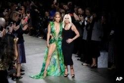 جنیفر لوپز در کنار دوناتلا ورساچی - هفته مد لباسهای بهاره - تابستانه ۲۰۲۰ میلان، ایتالیا ۲۰ سپتامبر ۲۰۱۹