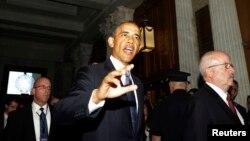 10일 바락 오바마 미국 대통령이 공화-민주 상원의원들과 시리아 사태를 논의하기 위해 의회 건물에 들어서고 있다.