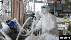 Zdravstveni radnik brine o pacijentu obolelom od Kovida 19, u bolnici u Novom Pazaru, Srbija, 15. marta 2021. (Foto: Rojters, Zorana Jevtić)