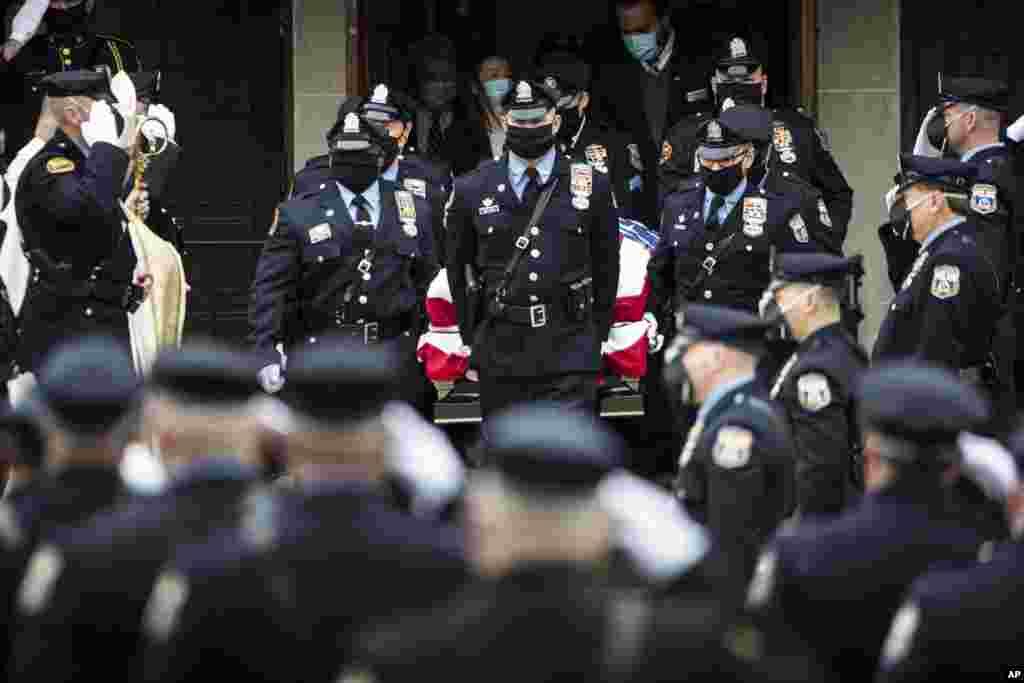 اعضای پلیس در شهر فیلادلفیا به یک همقطار خود که ماه پیش بر اثر تیراندازی کشته شد، ادای احترام میکنند.
