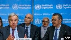 លោក Antonio Guterres (រូបឆ្វេង) ថ្លែងនៅក្នុងការធ្វើបច្ចុប្បន្នភាពអំពីស្ថានភាពជំងឺកូវីដ១៩ នៅទីស្នាក់ការអង្គការសុខភាពពិភពលោក ក្នុងក្រុងហ្សឺណែវ កាលពីថ្ងៃទី២៤ ខែកុម្ភៈ ឆ្នាំ២០២០។
