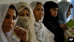 Dưới thời cai trị của Taliban, phụ nữ không được phép đi làm, không được đi học hay ta khỏi nhà mà không có đàn ông đi cùng
