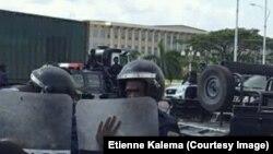 Ba policiers pene na Palais du peuple, Kinshasa, RDC, 19 mai 2018. (Facebook/Etienne Kalema)