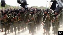 Sabbin kuratan soja kungiyar al-Shabab suke maci bayan sun kammala samun horo a Somalia.