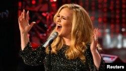 """Ca sĩ Adele trình diễn ca khúc """"Skyfall"""" trong phim """"Skyfall"""" - được đề cử giải ca khúc gốc hay nhất tại Giải Oscar năm 2013."""