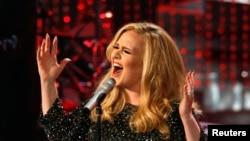 """Penyanyi asal Inggris Adele saat membawakan lagu """"Skyfall"""", lagu film terbaik Academy Awards ke-85 tahun 2013."""