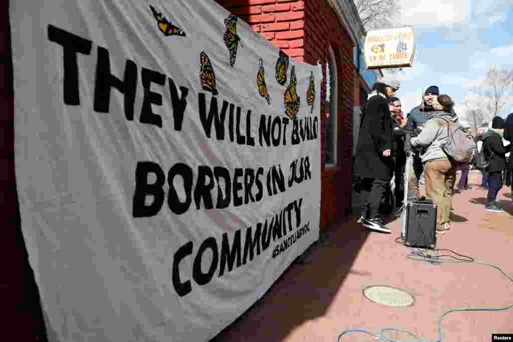 واشنگٹن ڈی سی میں 'تارکین وطن کے بغیر ایک دِن' کے موقع پر ریلی نکالنے کی غرض سے مظاہرین اکٹھے ہوتے ہوئے