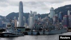 中国军队的舰艇停靠在香港,背景是香港金融区大厦 (资料照片)