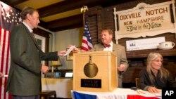 Ông Clay Smith, cử tri đầu tiên đi bỏ phiếu bầu cử tổng thống Mỹ ở Dixville Notch, New Hampshire, ngày 8 tháng 11 năm 2016.