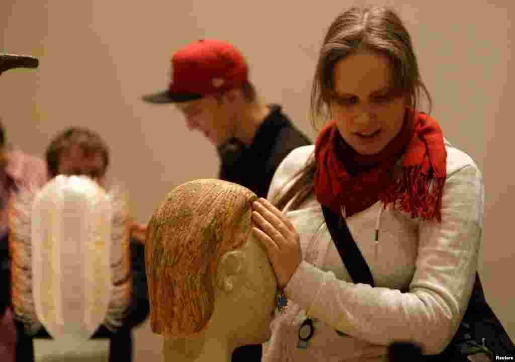 نمایشگاه هنری ویژه نابینایان در شهر پراگ در جمهوری چک. بازدیدکنندگان نابینا میتوانند به مجسمهها دست بزنند.